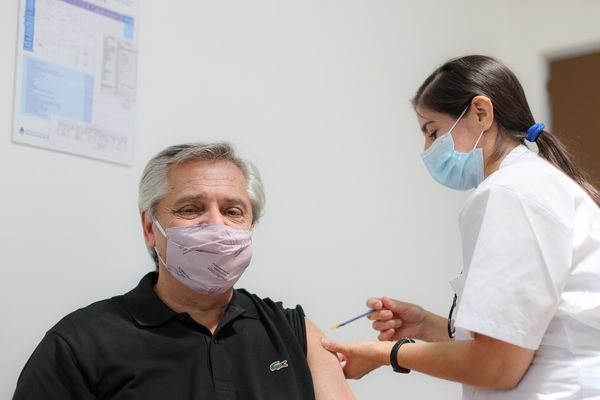 Alberto Fernández receiving the first dose of the Covid-19 vaccine