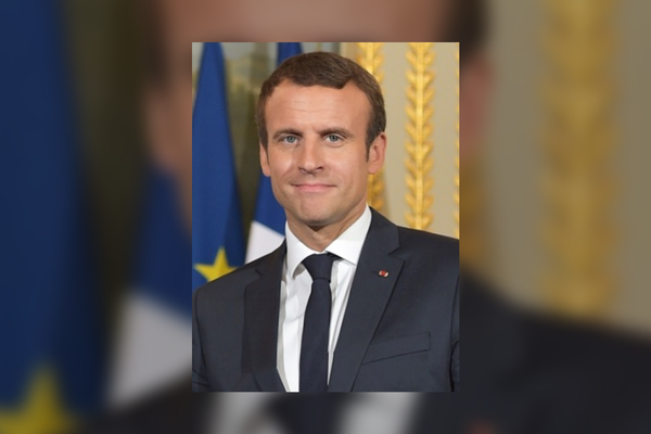 Emmanuel Macron in 2017 - adaption: Added background and blur