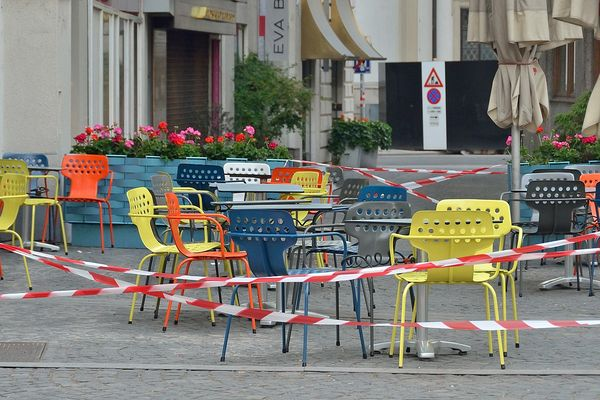 Closed outdoor seating area of a café during lockdown in Vienna