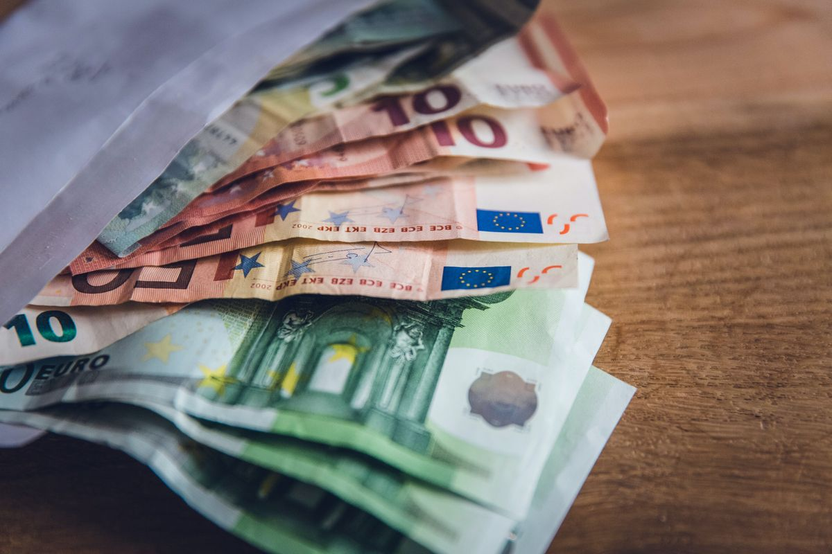 EU considers restricting cash payments