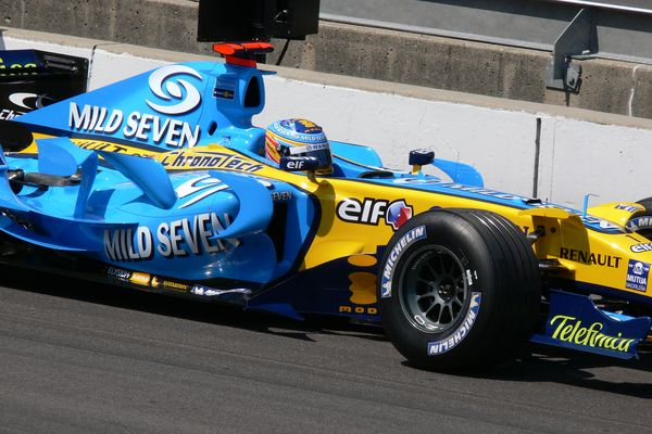 Fernando Alonso driving a Renault at the USA Grand Prix in 2006