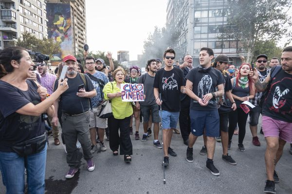 Gustavo Gatica, with sunglasses and a cane, in a demonstration in March, 2020