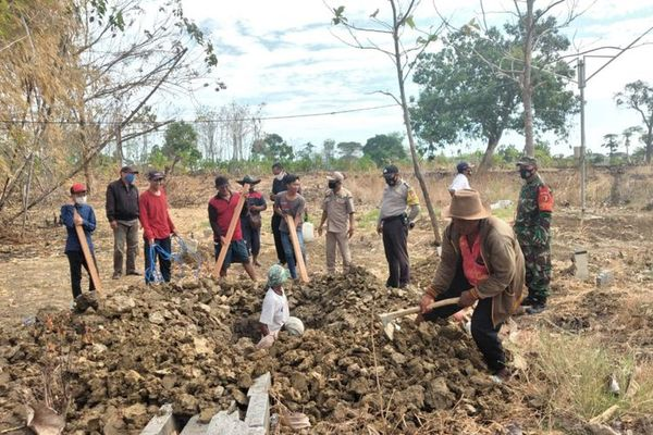 Indonesia: Villagers who refuse to wear masks forced to dig graves
