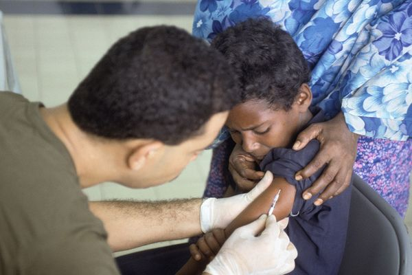 Somali boy receives a polio vaccination