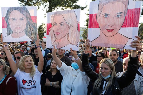 Crowd at a Sviatlana Tsikhanouskaya campaign rally in Belarus in July 2020. Three women are holding paintings of Sviatlana Tsikhanouskaya, Veronika Tsepkalo, and Maria Kolesnikova.