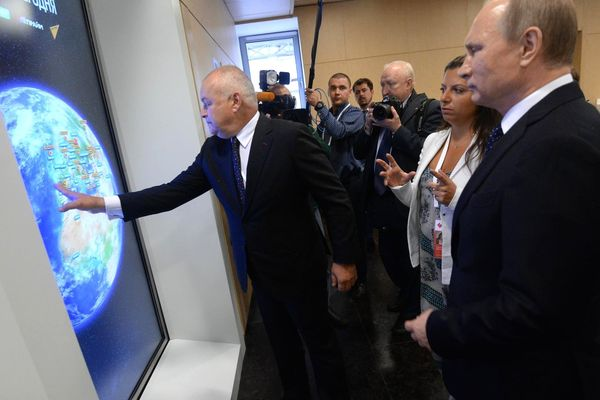 Dmitry Kiselyov (touching the screen) with Vladimir Putin