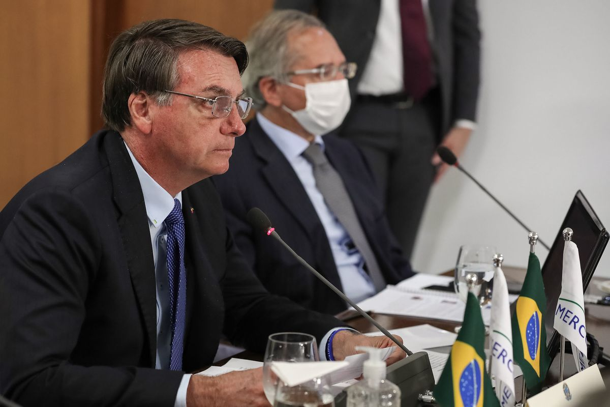 Jair Bolsonaro sanctions law about mandatory mask usage in public. Shops, churches and schools are excluded.