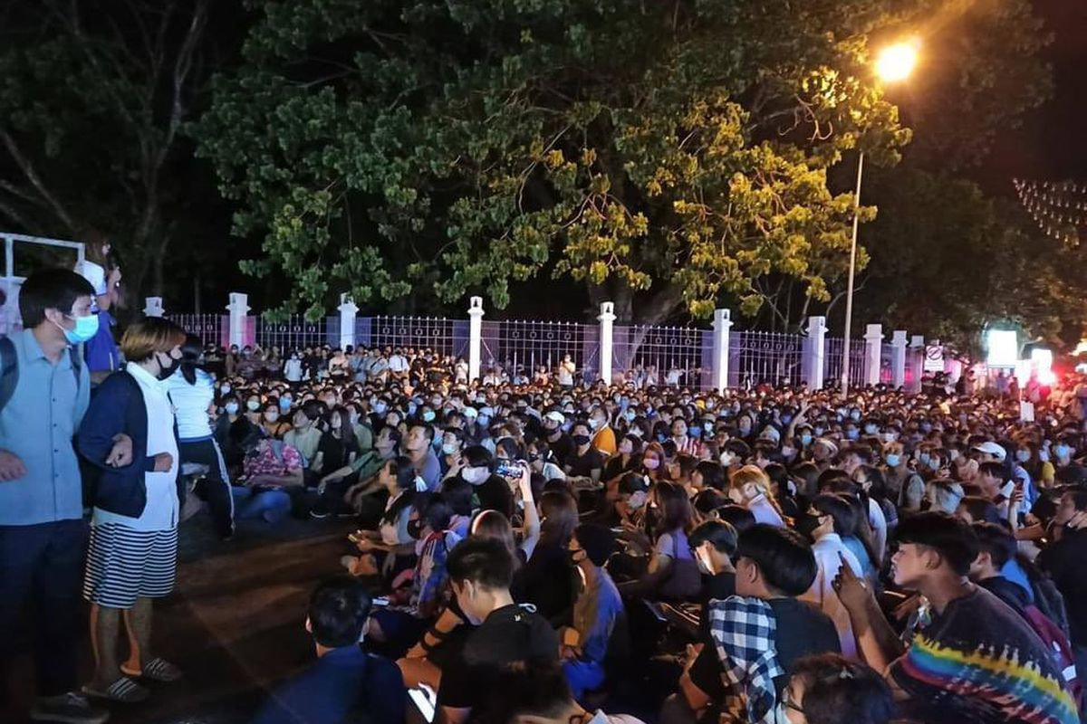 Protesters gather again and defy the Thai government