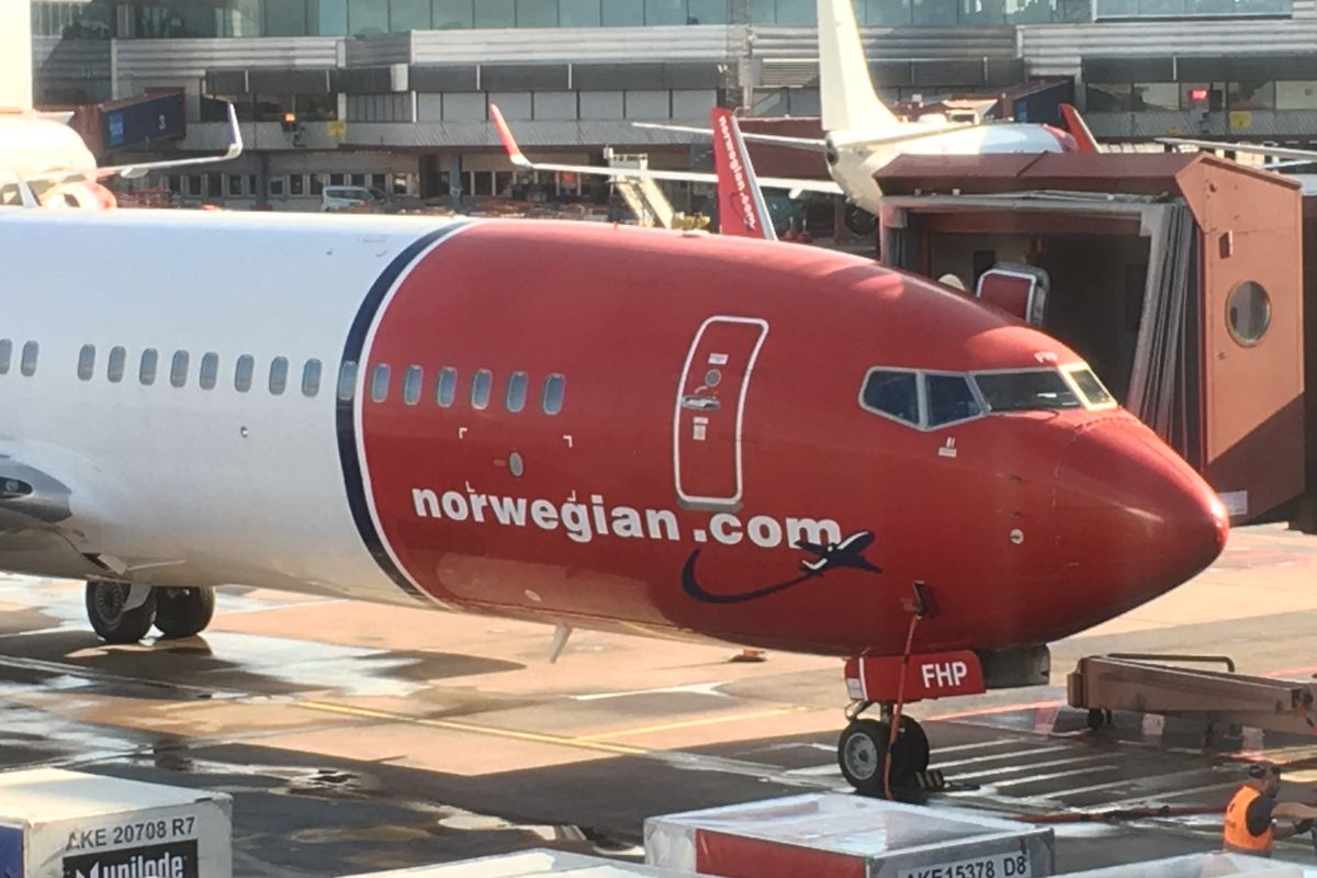 Norwegian Air bondholders reject debt plan, and company may run out of cash by mid-May.