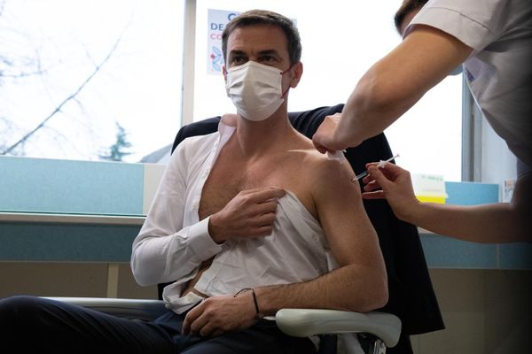 Olivier Véran being vaccinated