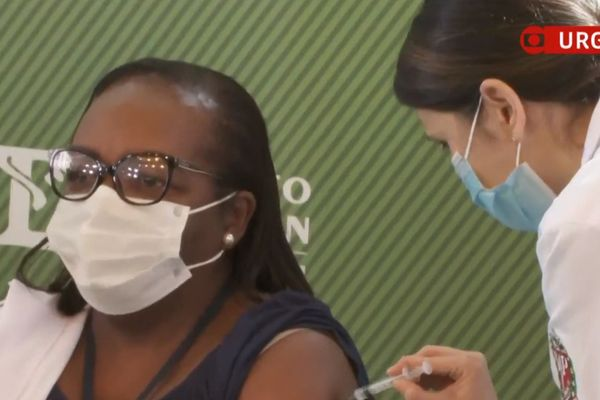 The first person to be vaccinated in Brazil is a black woman, ICU nurse, minutes after Coronavac being approved
