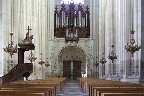 Nave of the cathédrale Saint-Pierre et Saint-Paul in Nantes: pulpit, western bay window and great organ.