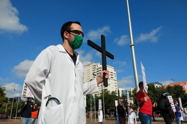 Brazilian health workers protest for better working conditions
